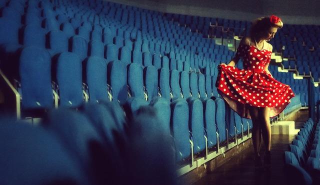 dívka v puntíkovaných šatech v kině
