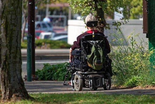 jedoucí člověk na vozíku