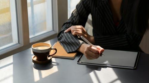 tablet na stole a káva